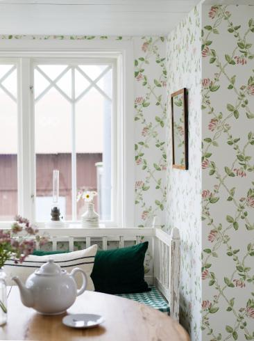 The wallpaper Honeysuckle from Boråstapeter. The wallpaper design and pattern is white and consists of Floral Trellis