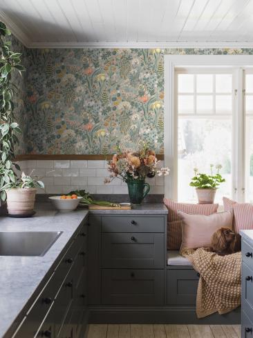 The wallpaper Blomsterhav from Boråstapeter. The wallpaper design and pattern is multi and consists of Floral Foliage