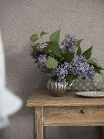 The wallpaper Molly´s Meadow from Boråstapeter. The wallpaper design and pattern is neutrals and consists of Foliage
