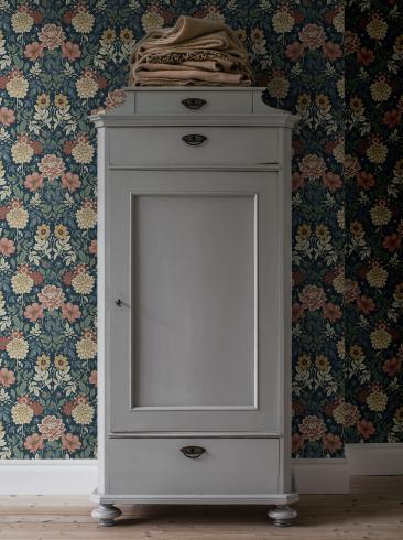The wallpaper Dahlia Garden from Boråstapeter. The wallpaper design and pattern is blue and consists of Floral Foliage