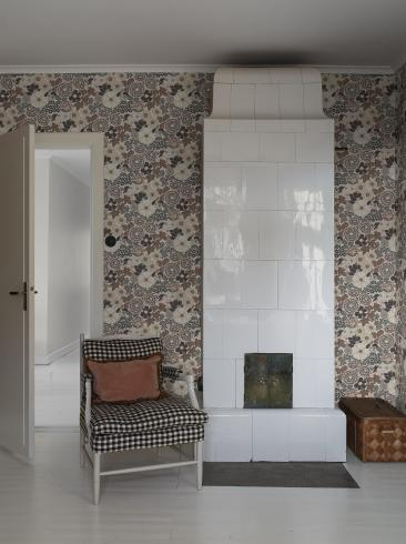 The wallpaper Anita from Boråstapeter. The wallpaper design and pattern is brown and consists of Archive Floral Foliage