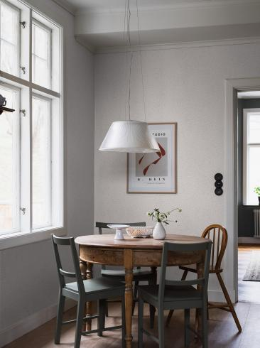 The wallpaper Bladverk from Boråstapeter. The wallpaper design and pattern is grey and consists of Archive Foliage