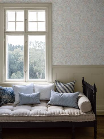 The wallpaper Divine Paisley from Boråstapeter. The wallpaper design and pattern is multi and consists of Metallic