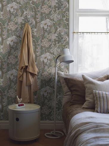The wallpaper Friviva from Boråstapeter. The wallpaper design and pattern is grey and consists of Floral Foliage Plants