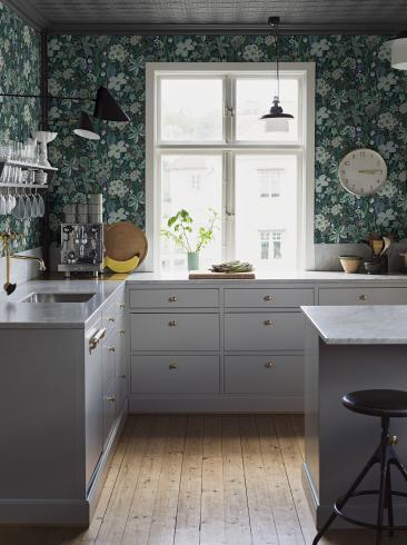 The wallpaper Friviva from Boråstapeter. The wallpaper design and pattern is green and consists of Floral Foliage Plants