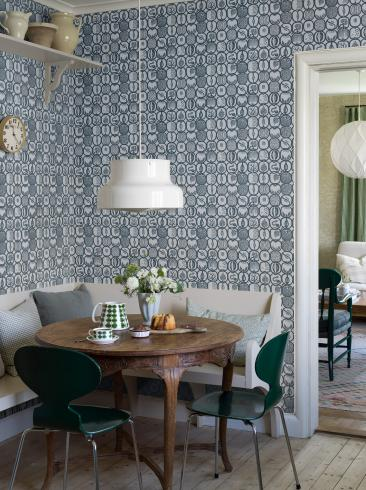 The wallpaper Stig Lindberg Fruktlåda from Boråstapeter. The wallpaper design and pattern is blue and consists of Playful & Imaginative