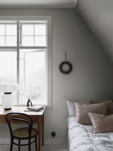 The wallpaper Garbo from Boråstapeter. The wallpaper design and pattern is white and consists of Archive Graphic Trellis