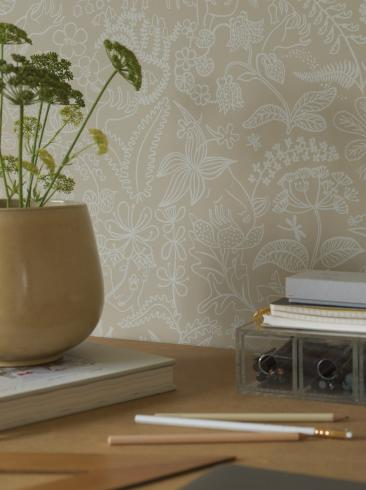 The wallpaper Stig Lindberg Grazia from Boråstapeter. The wallpaper design and pattern is yellow and consists of Floral Foliage