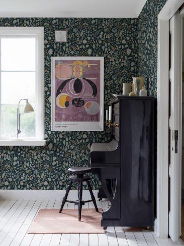 The wallpaper Stig Lindberg Herbarium from Boråstapeter. The wallpaper design and pattern is multi and consists of Floral Foliage Playful & Imaginative