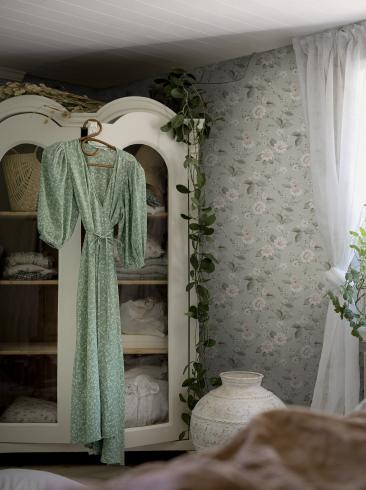 The wallpaper Laura´s Cottage from Boråstapeter. The wallpaper design and pattern is green and consists of Floral Foliage