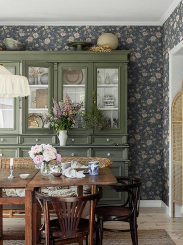The wallpaper Laura´s Cottage from Boråstapeter. The wallpaper design and pattern is blue and consists of Floral Foliage