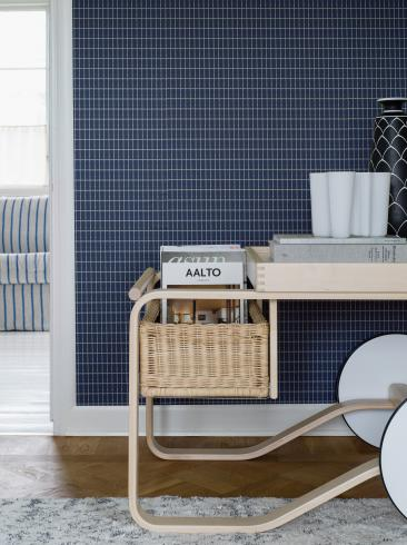 The wallpaper Alvar Aalto M.I.T from Boråstapeter. The wallpaper design and pattern is blue and consists of Checked Geometric