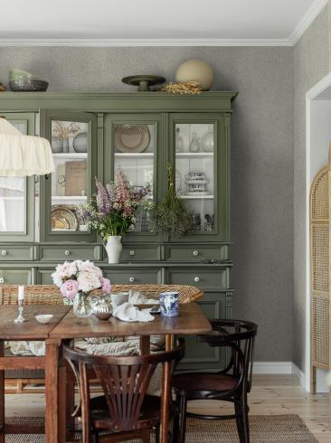 The wallpaper Molly´s Meadow from Boråstapeter. The wallpaper design and pattern is green and consists of Foliage