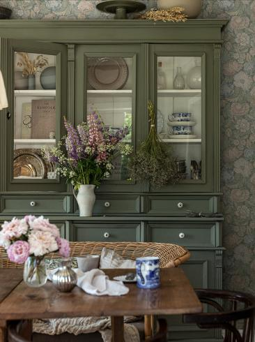 The wallpaper Nightingale Garden from Boråstapeter. The wallpaper design and pattern is multi and consists of Archive Floral Foliage
