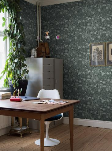 The wallpaper Pangsurr from Boråstapeter. The wallpaper design and pattern is green and consists of Floral Foliage Plants Playful & Imaginative
