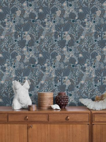 The wallpaper Turgräs from Boråstapeter. The wallpaper design and pattern is blue and consists of Animals Floral Foliage Playful & Imaginative
