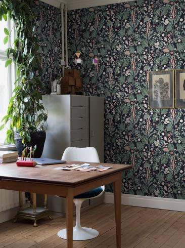 The wallpaper Turgräs from Boråstapeter. The wallpaper design and pattern is multi and consists of Animals Floral Foliage Playful & Imaginative