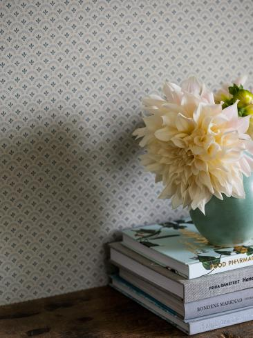 The wallpaper Daisy from Boråstapeter. The wallpaper design and pattern is grey and consists of Floral Traditional