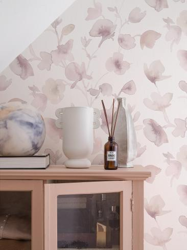 The wallpaper Dawn from Boråstapeter. The wallpaper design and pattern is pink and consists of Floral Graphic