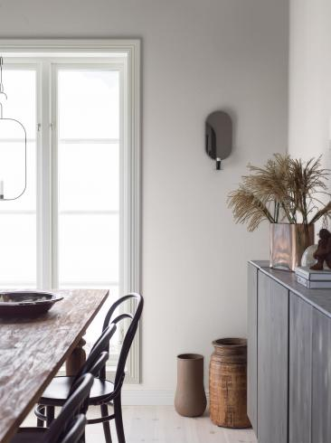The wallpaper Grace from Boråstapeter. The wallpaper design and pattern is white and consists of Graphic