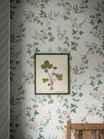The wallpaper Midsummer Eve from Boråstapeter. The wallpaper design and pattern is white and consists of Floral Traditional
