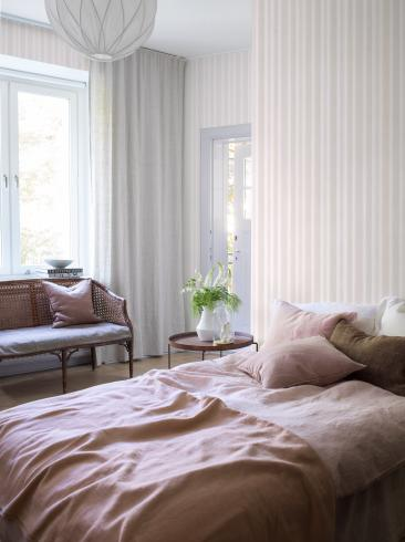 The wallpaper Watercolour Stripe from Boråstapeter. The wallpaper design and pattern is pink and consists of Stripe
